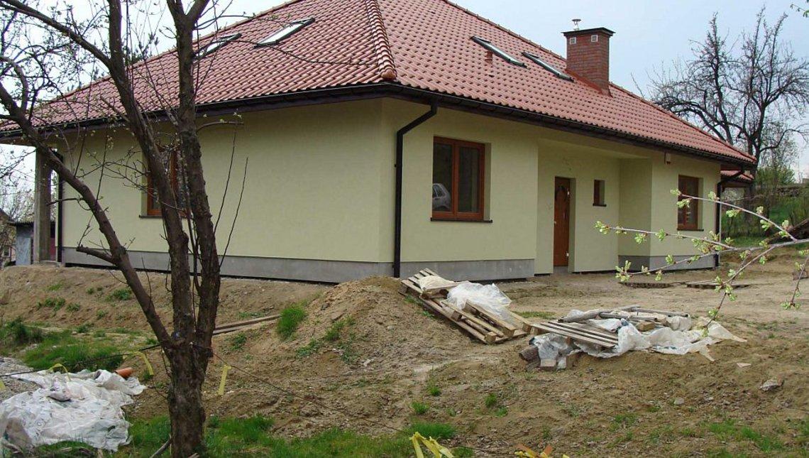 Популярный проект дома с эркером и камином