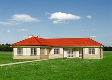 Одноэтажный дом из кирпича со стильными английскими окнами и ставнями