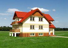 Живописный особняк под натуральной крышей сложной формы