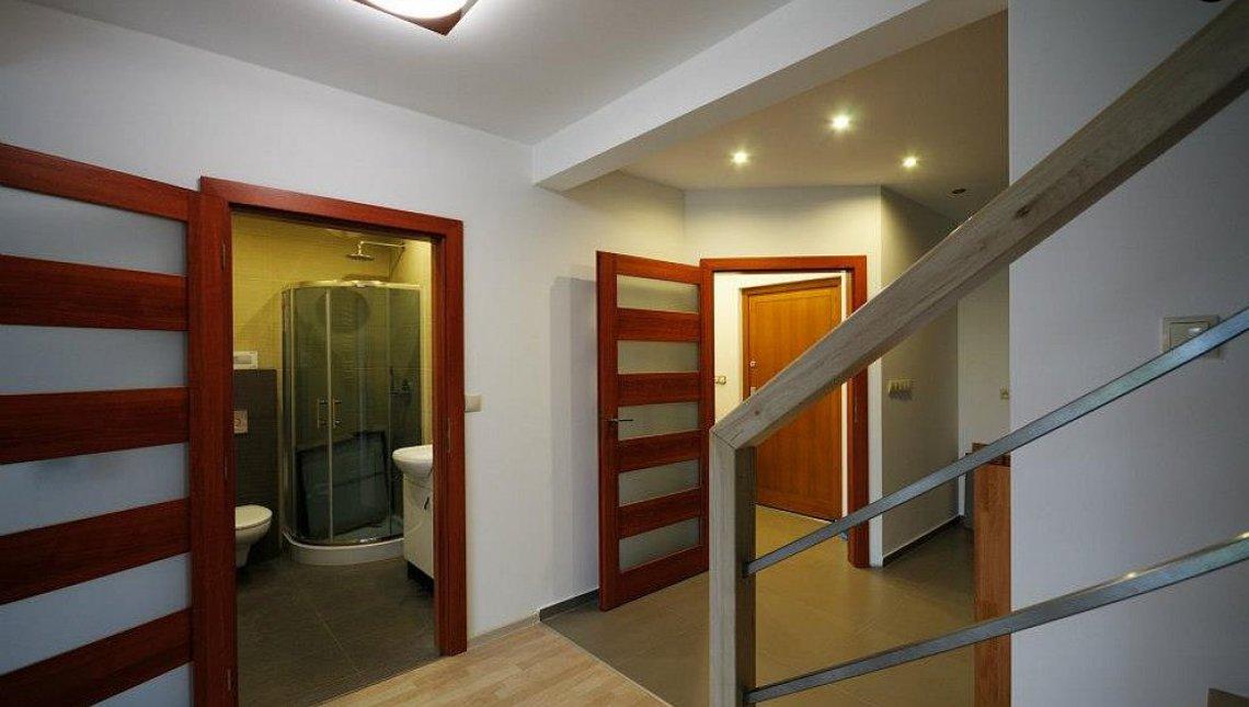 Проект мансардного дома с высокой аттиковой стеной